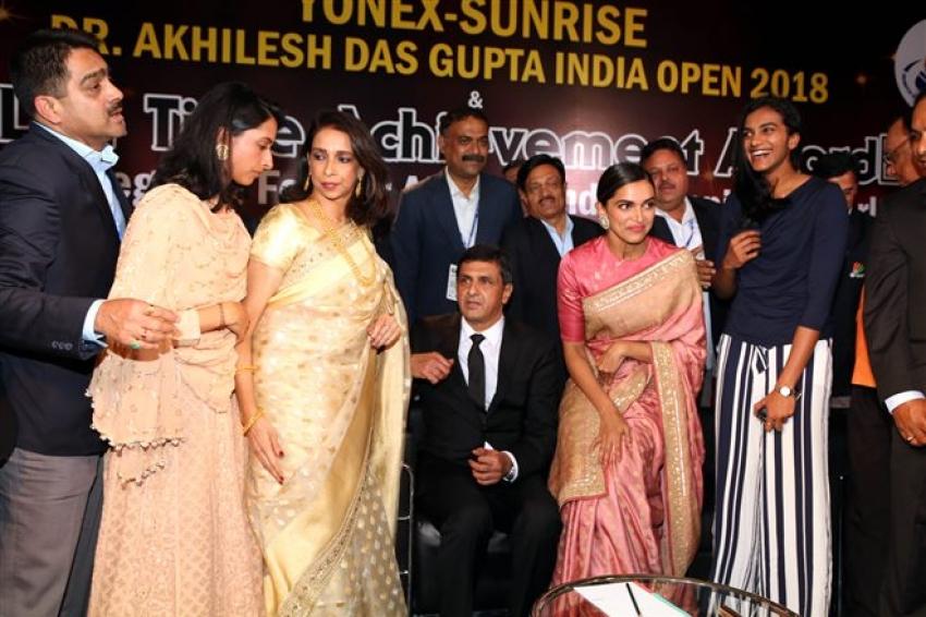 Deepika Padukone Father Receives Lifetime Achievement Award In New Delhi Photos