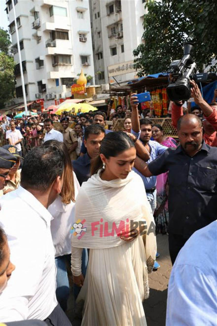 Deepika Padukone Take Blessing Of Siddhivinayak Before The Release Of Padmaavat Photos