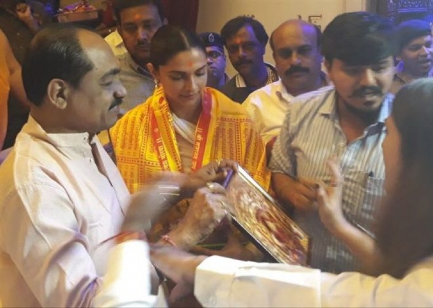 Deepika Padukone Takes Blessing From Siddhivinayak Temple! Inside Pictures Photos