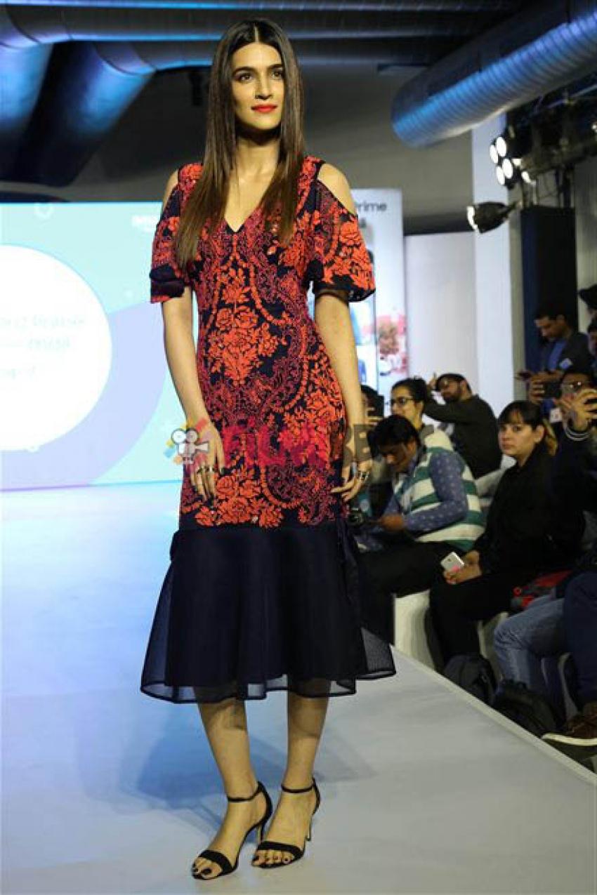 Kriti Sanon Unveiled New Smartphone Of Samsung In Gurugram Photos