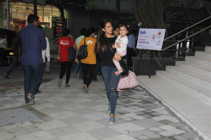 Mira Rajput With Daughter Misha Spotted At Bandra Photos