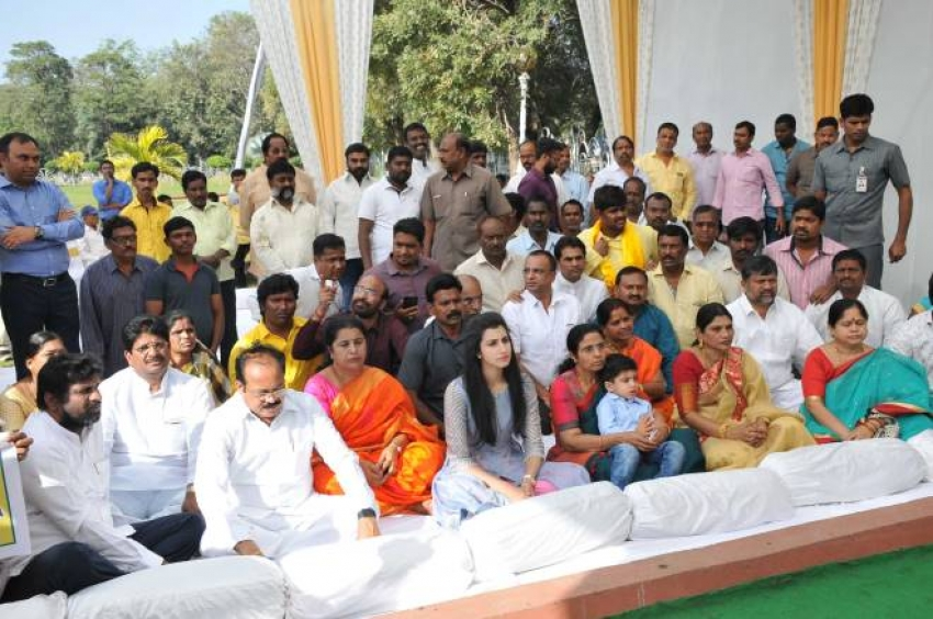 NTR Family Members At NTR Ghat On Eve Of Death Anniversary Photos