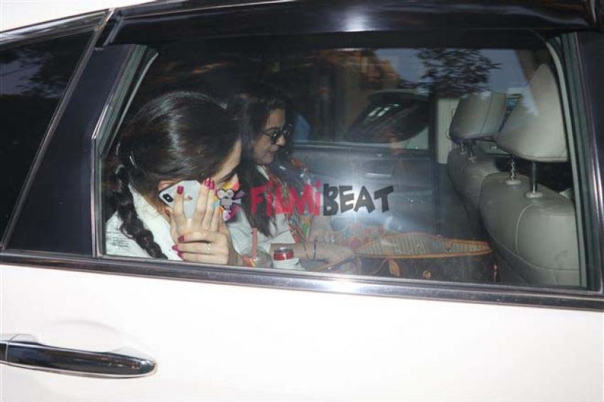Sara Ali Khan With Mom Spotted At Bandra Photos