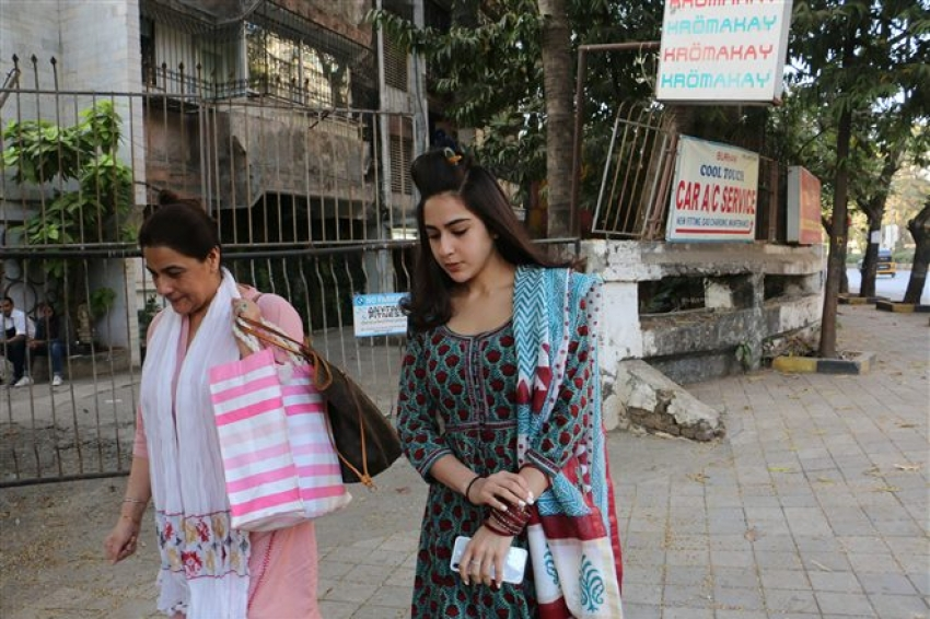 Sara Ali Khan With Mom Spotted At Kromakay Juhu Photos