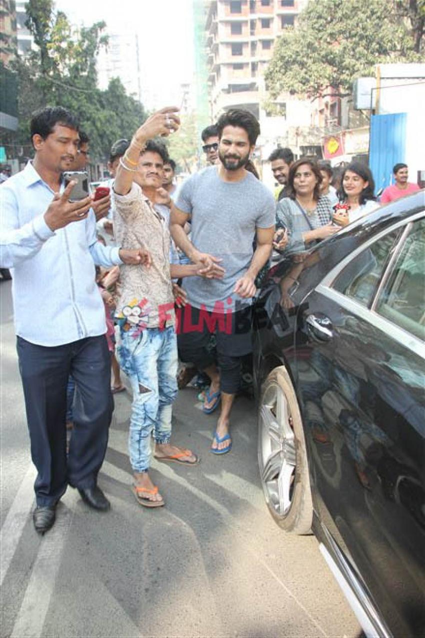 Shahid Kapoor & Mira Rajput Spotted At Juhu Photos
