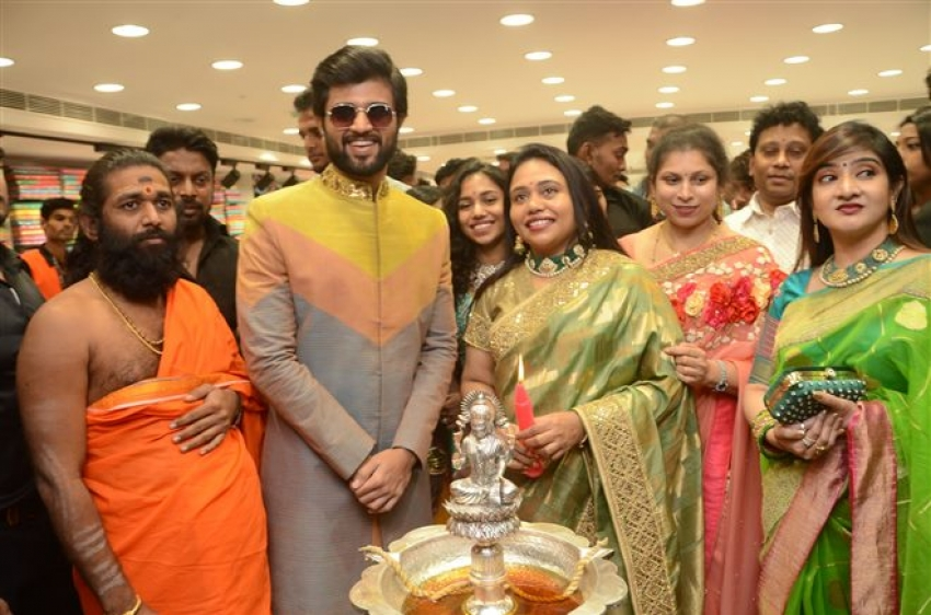 Vijay Deverakonda & Anu Emmanuel Launches KLM Fashion Mall At Dilsukhnagar