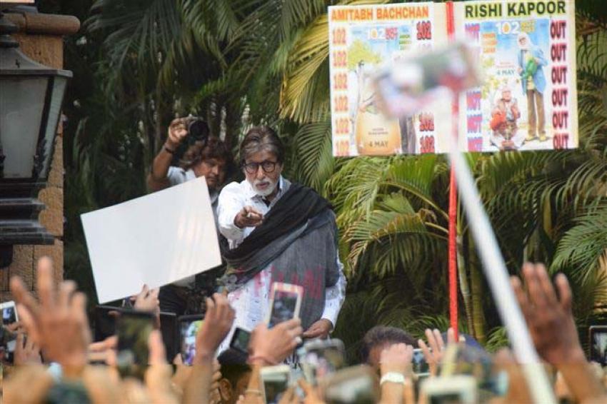 Amitabh Bachchan Spotted At Fans Meet At Jalsa Banglow Juhu Photos