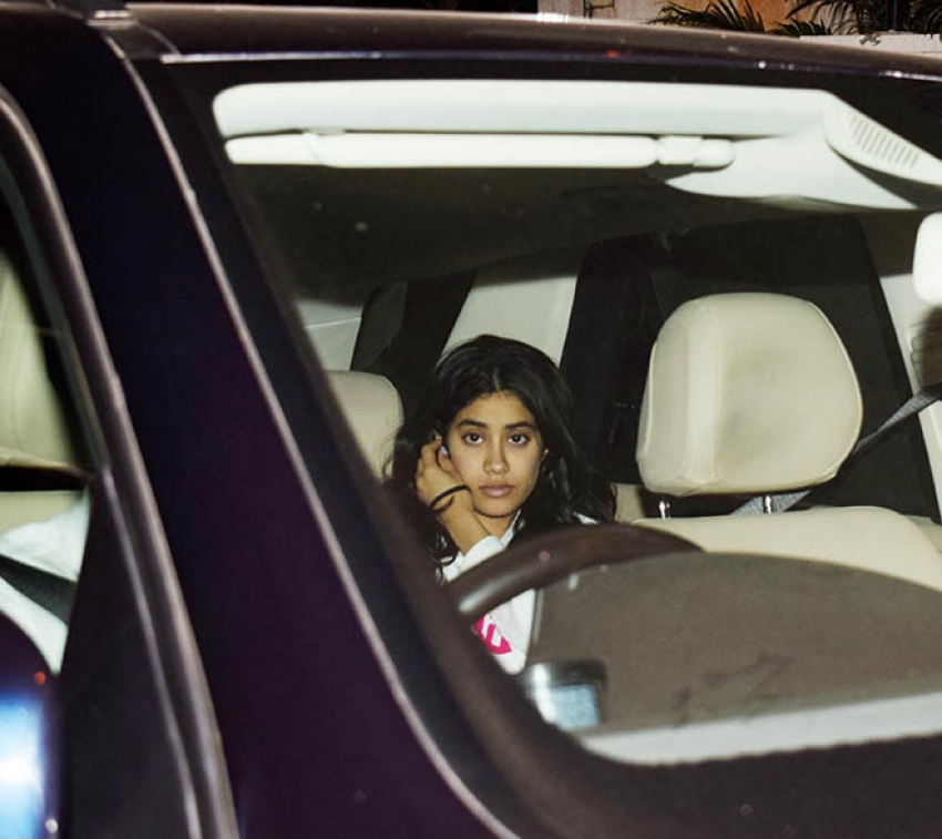 Janhvi Kapoor & Khushi Kapoor At Arjun Kapoor House Photos