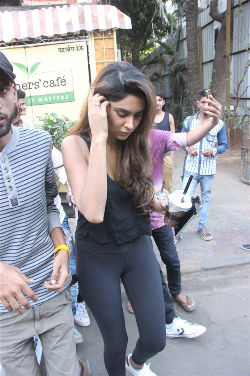 Kartik Aaryan With Girlfriend Spotted At Farmer's Cafe Bandra Photos