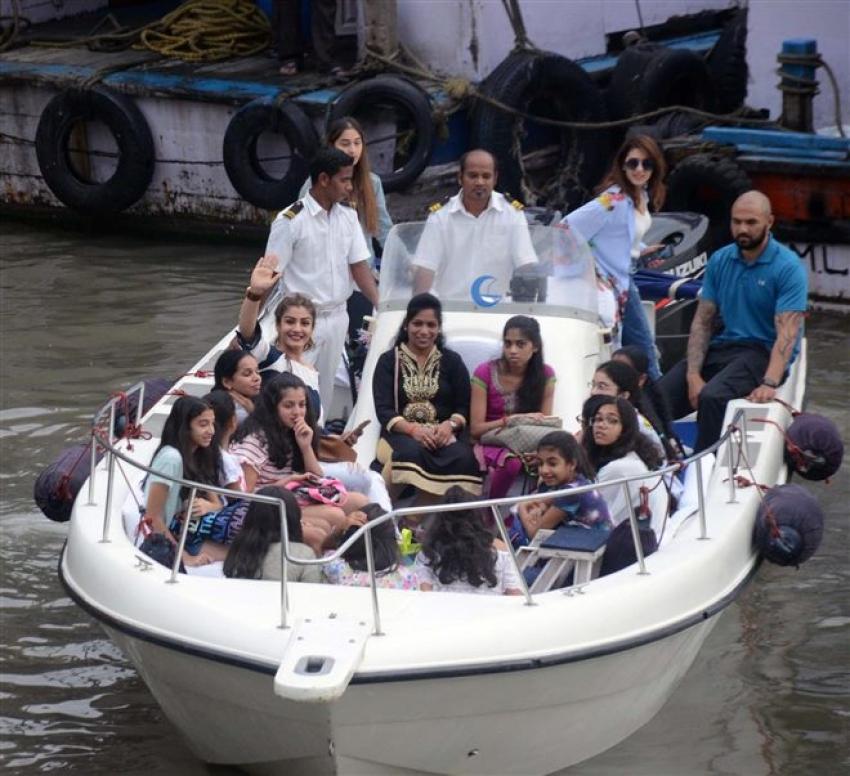 Raveena Tandon Celebrates Daughter Rasha's Birthday At Gateway Of India Photos