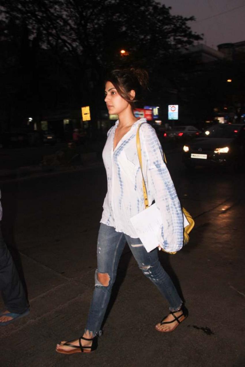 Rhea Chakraborty With Boyfriend Spotted At Bandra Photos