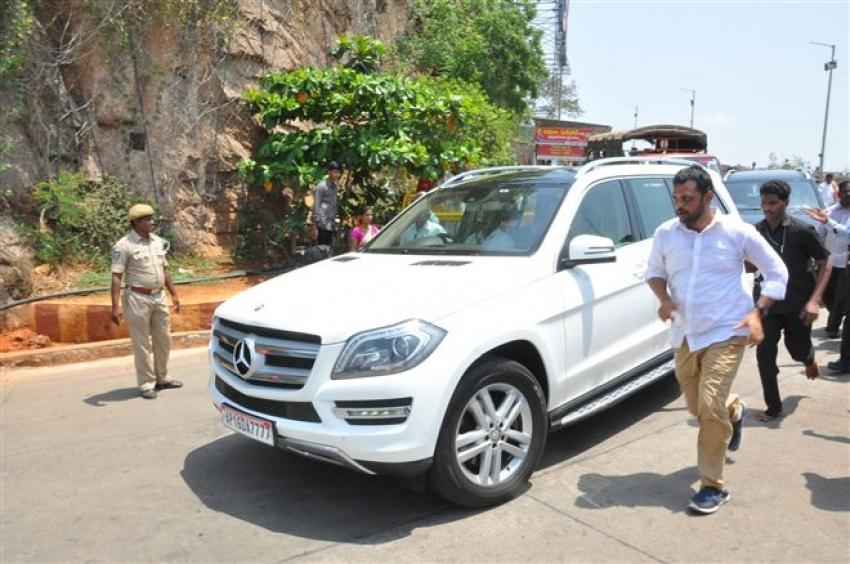 Bharat Ane Nenu Movie Team At Vjayawada Durgamma Temple Photos