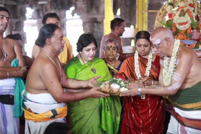 Latha Rajinikanth At Kanchipuram Temple Photos