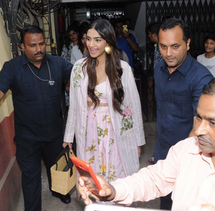 Kareena & Sonam Kapoor Promote Veere Di Wedding At Red Fm In Mumbai Photos