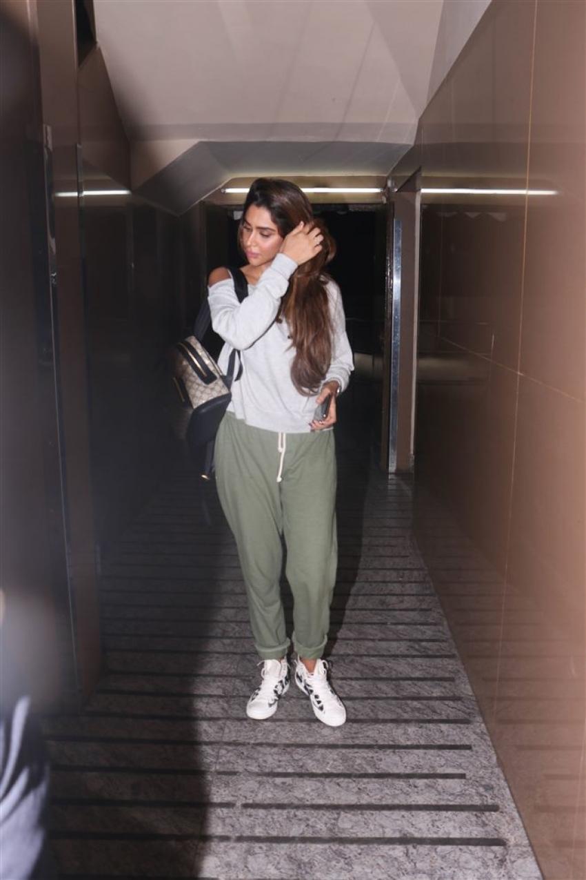 Kartik Aaryan With Girlfriend Spotted At Juhu PVR Photos