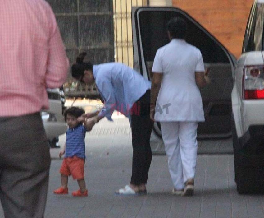 Taimur & Kareena Kapoor Spotted In Bandra