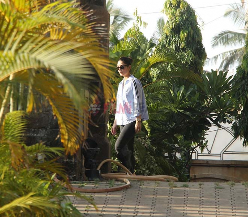 Taimur & Kareena Kapoor Spotted In Bandra Photos
