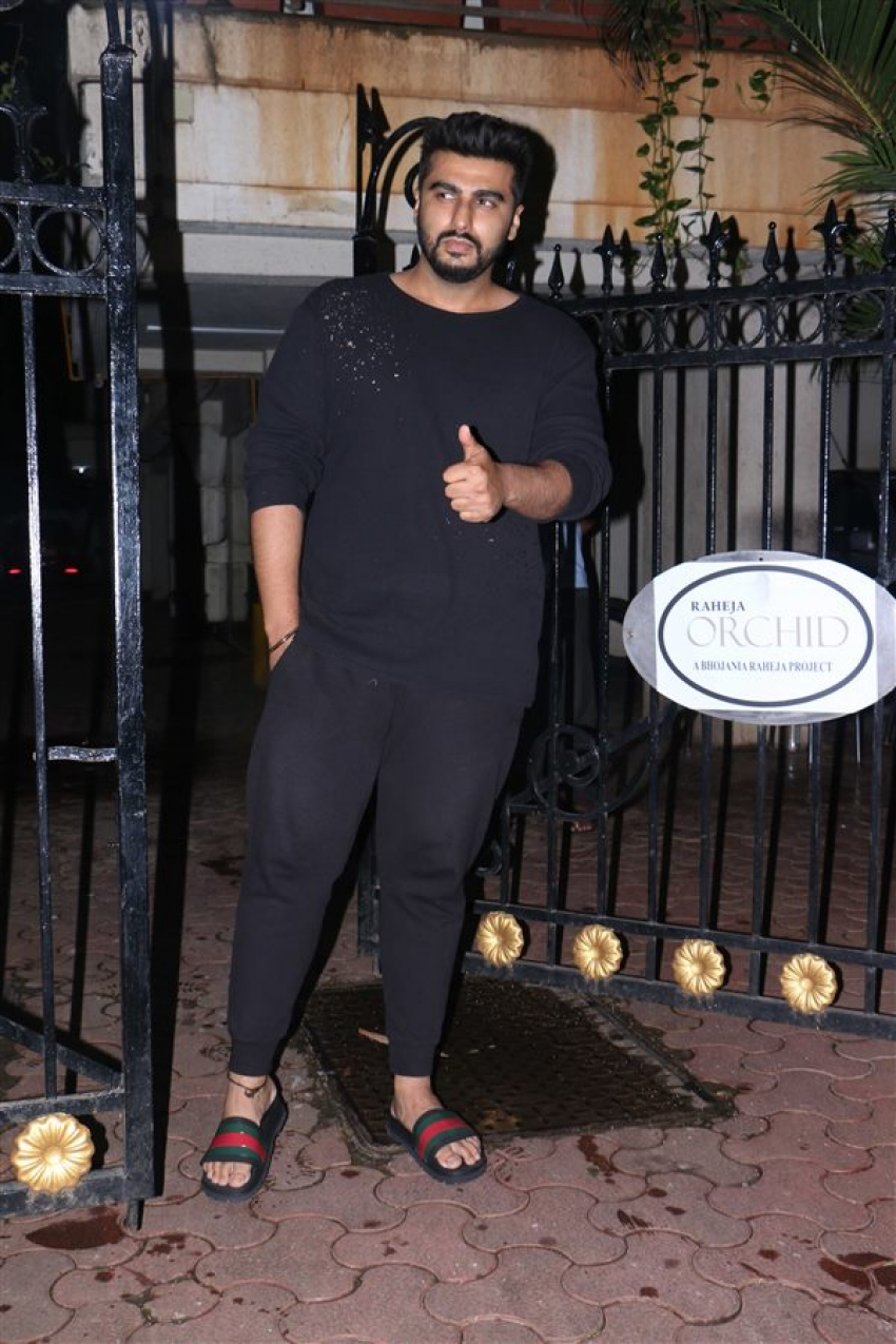 Janhvi Kapoor, Khushi And Boney Kapoor Celebrate Arjun Kapoor's Birthday At His House Photos