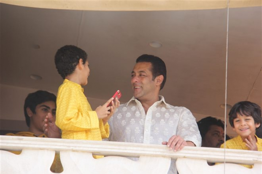 Salman Khan Wish Fans Eid At Galaxy Apartment Bandra Photos