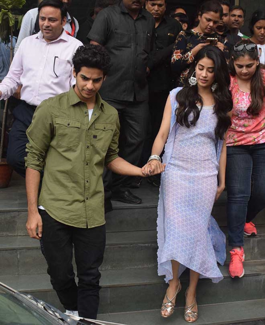 Jhanvi Kapoor Ishan Khattar Walk Hand in Hand At Press Conference In Lucknow Photos