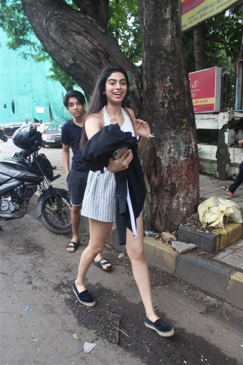 Khushi Kapoor Spotted At Juhu Photos