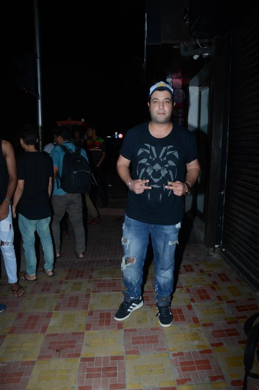 Kriti Sanon, Varun Sharma With Friend Spotted At Bastian Bandra Photos