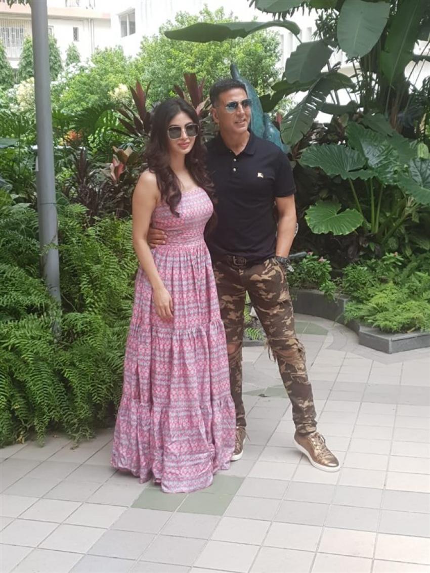 Akshay Kumar And Mouni Roy Promotes Gold In Kolkata Photos