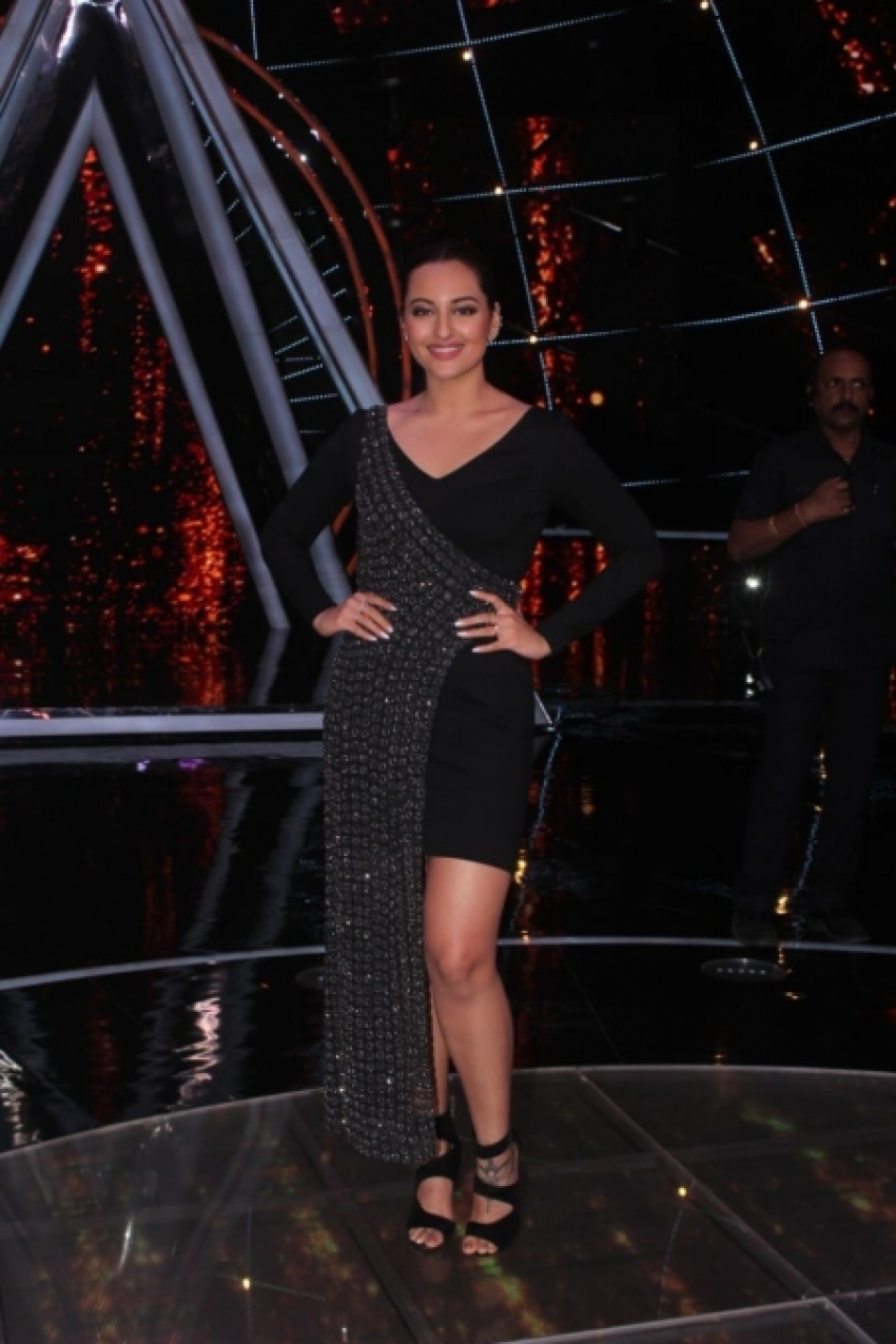 Sonakshi Sinha On The Sets Of Indian idol 10 Photos