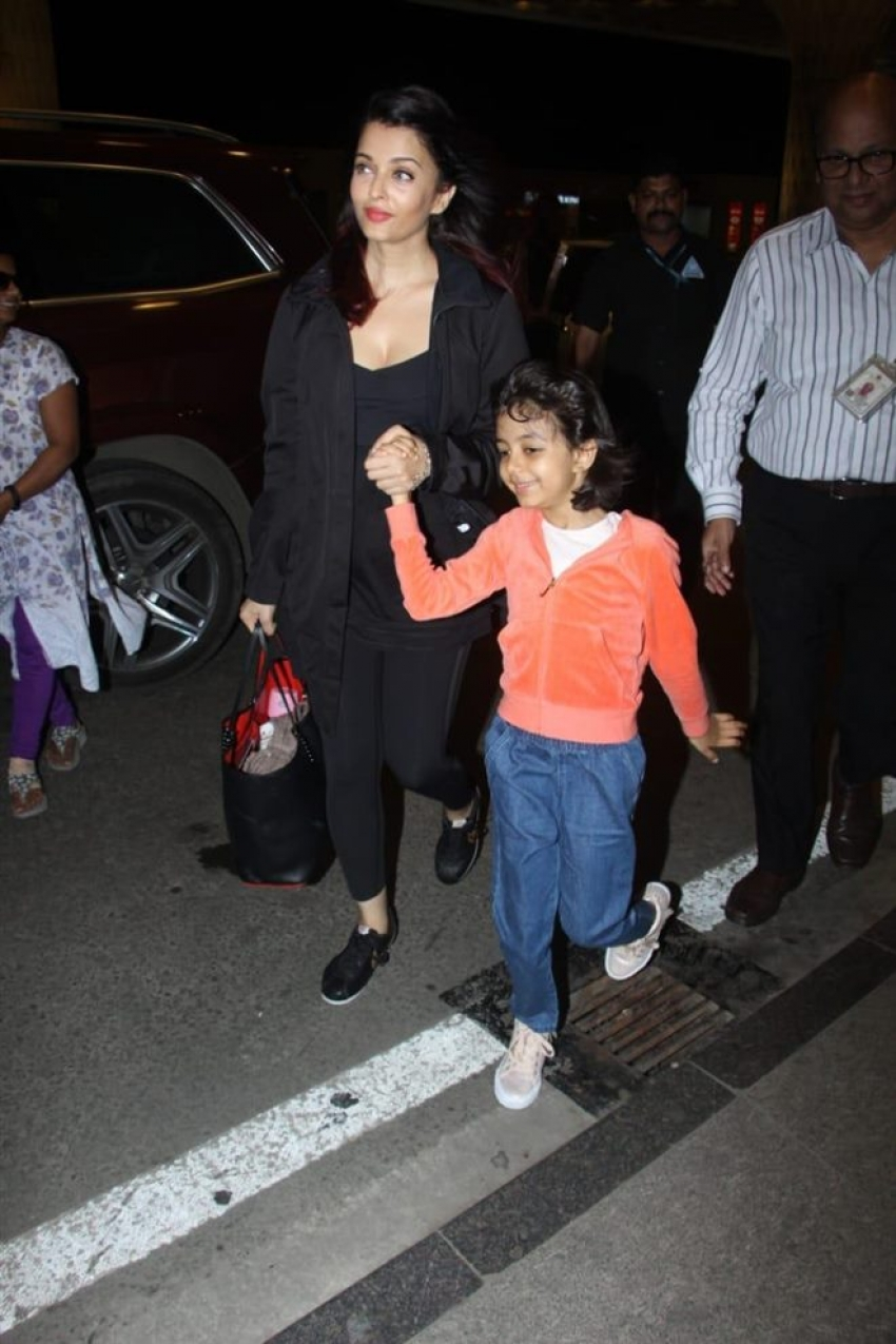Aaradhya Bachchan Leaves For US With Mom Aishwarya Rai Bachchan Photos