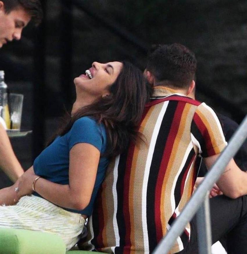 Priyanka Chopra & Nick Jonas's new PDA Pictures Photos