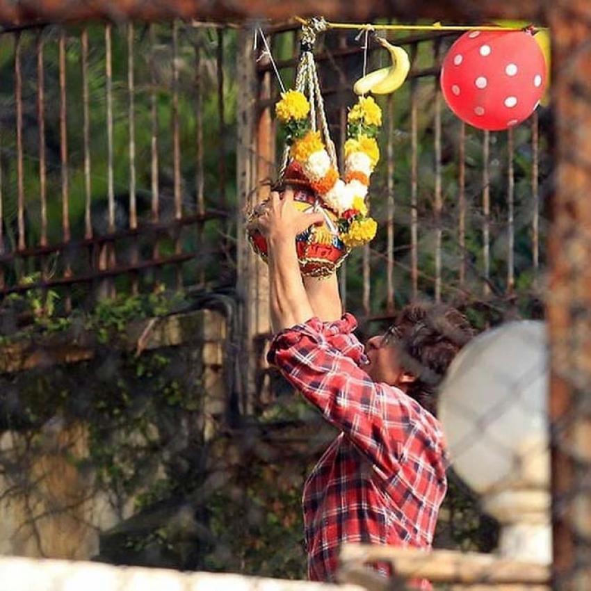 Shahrukh Khan & Abraham Celebrate Dahi Handi At Mannat Photos