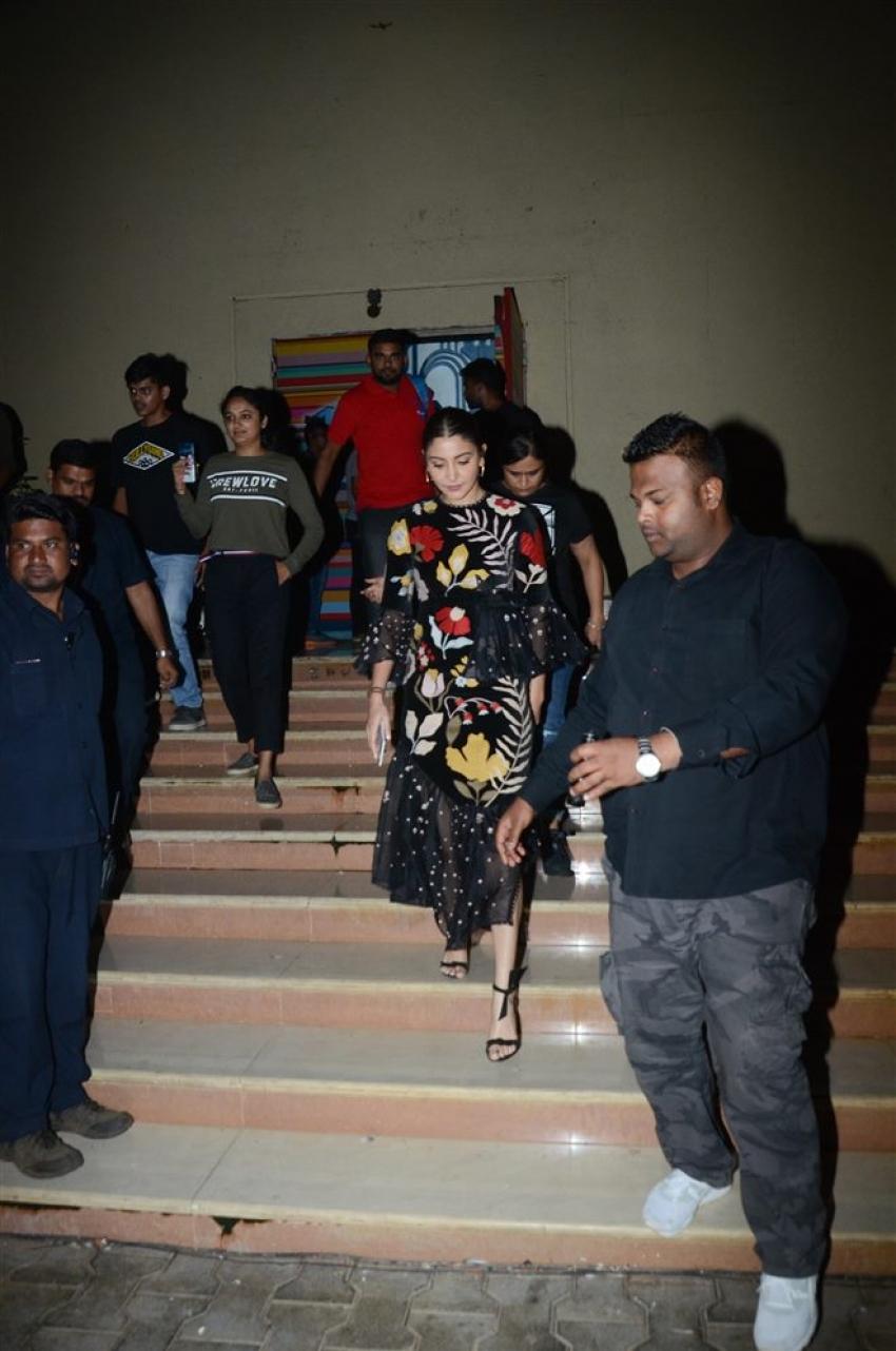 Varun Dhawan and Anushka Sharma Promote Sui Dhaga On Set OF India Best Dramebaaz Photos
