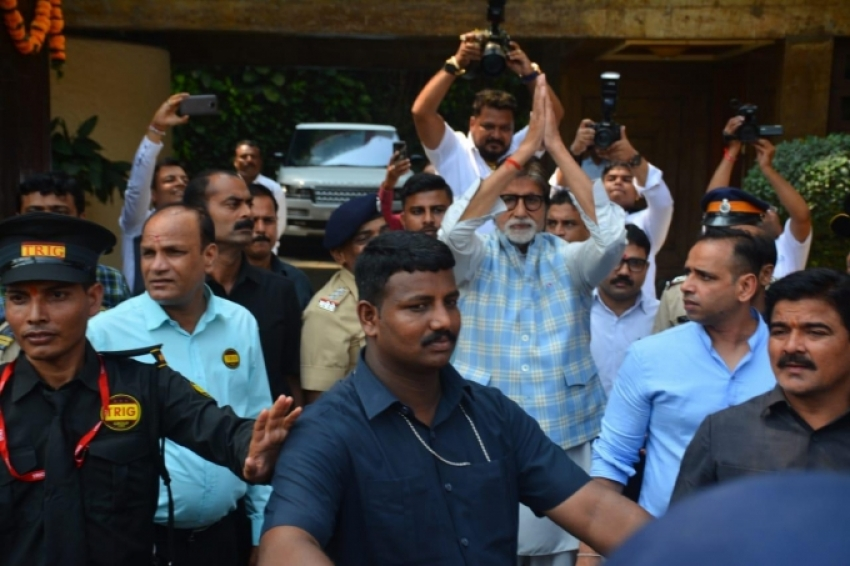Amitabh Bachchan Meets His Fans on His 76th Birthday Photos