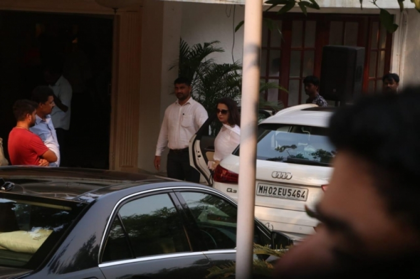 Bollywood Celebs pays tribute to Krishna Raj Kapoor at Chembur house Photos