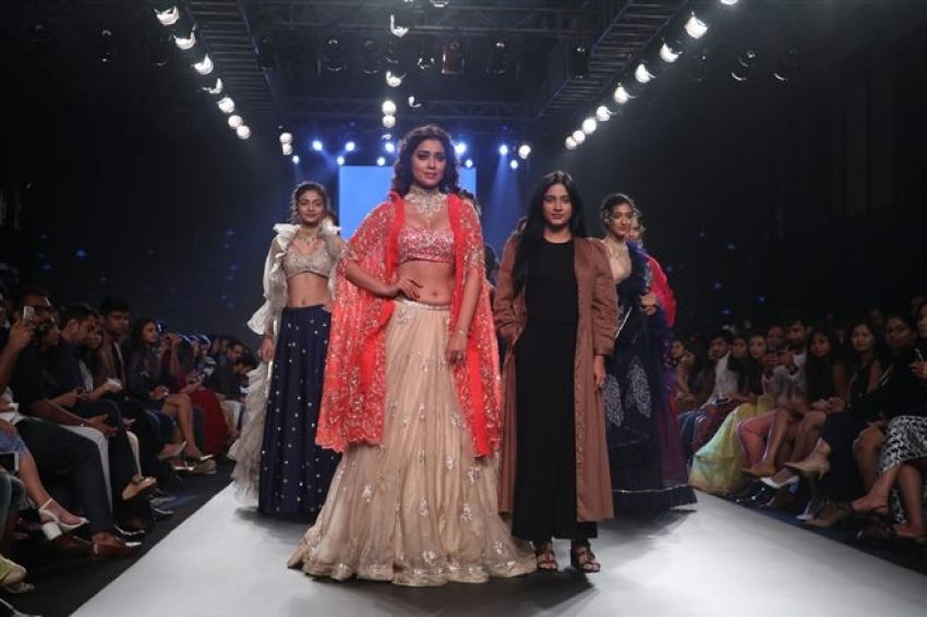 Bollywood Celebs Walks The Ramp At Bombay Times Fashion Week 2018 Photos