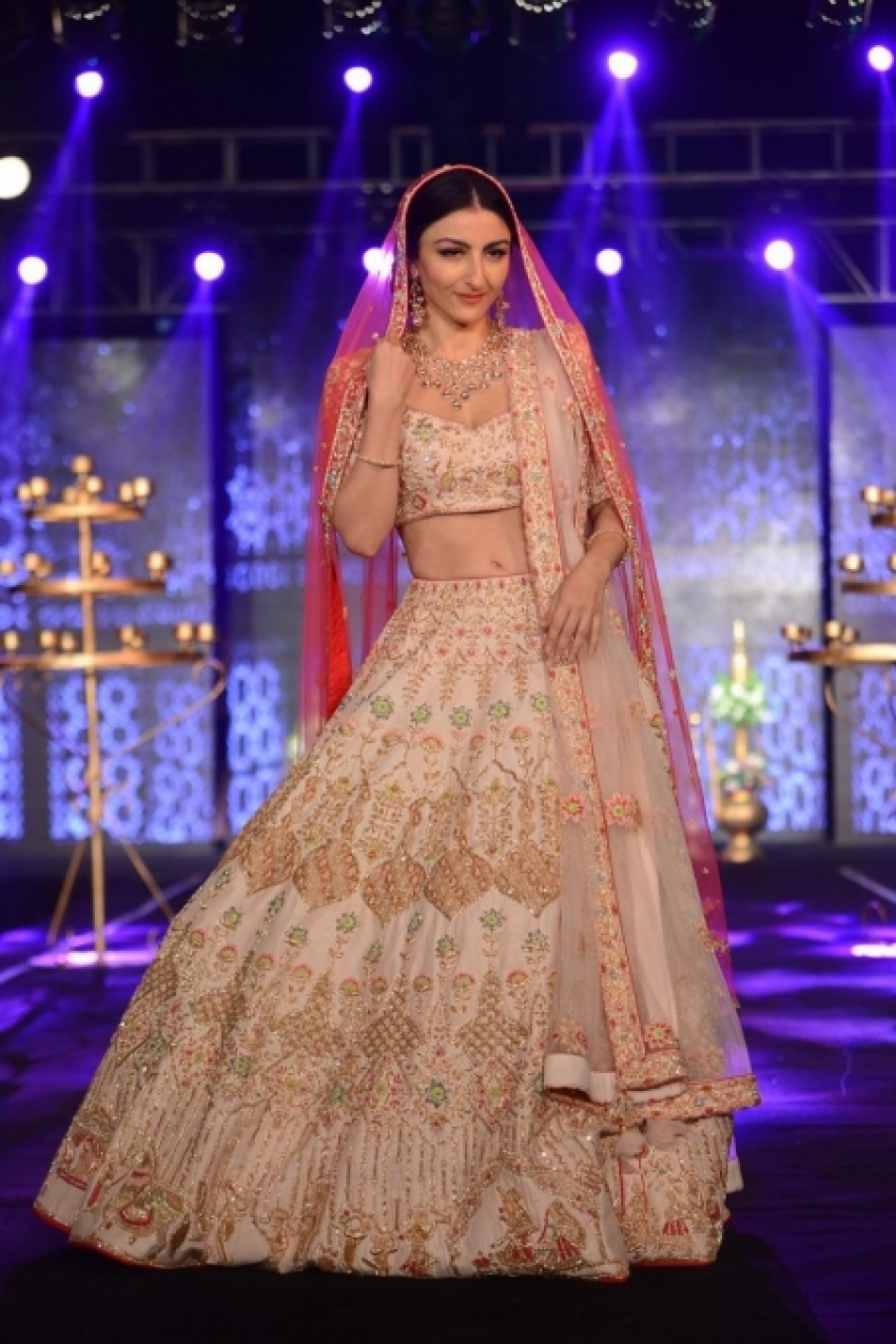 Soha Ali Khan & Swara Bhaskar Show Stopper At Wedding Junction Photos