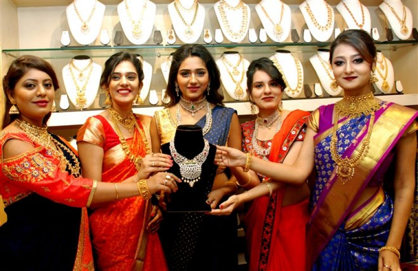 Actresses Shalu Chaurasia, Nilofar, Top Models Showcases Exclusive Diamond Jewelry at ANUTEX Shopping Mall Photos