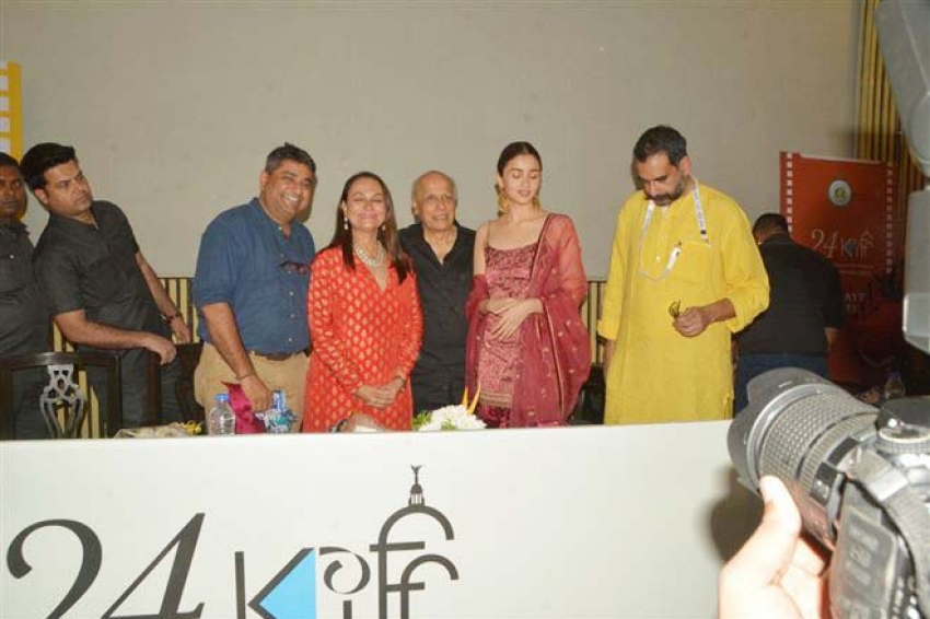 Alia Bhatt With Family At Kolkata Film Festival 2018 Photos