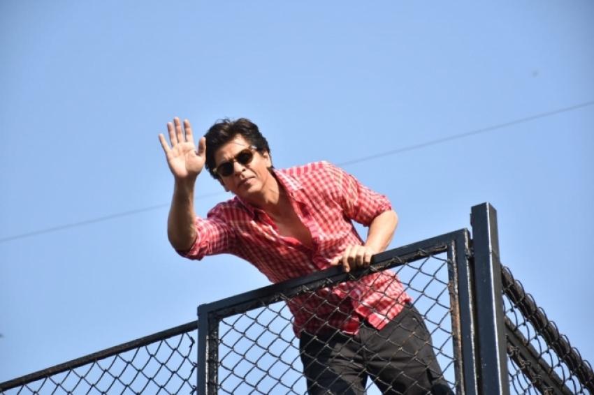 Shah Rukh Khan Greets Fans Outside Mannat On His Birthday Photos