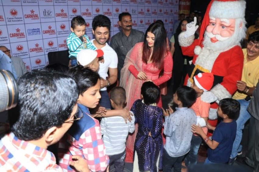 Aishwarya Rai Bachchan Celebrate Christmas Carnival With Cancer Survivors Kids Photos