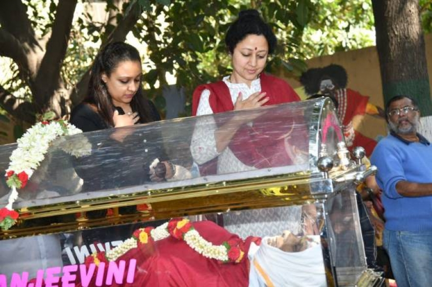 Celebs Pay Last Respect To Loknath Photos