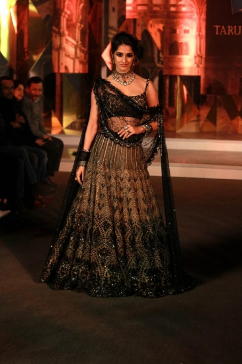 """Disha Patani Walking Ramp For  Tarun Tahiliani At Blender""""s Pride Fashion Tour Photos"""