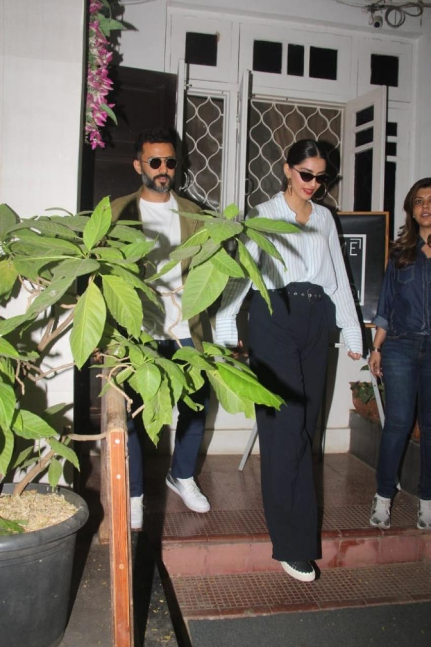 Sonam Kapoor and Anand Ahuja Snapped at Bandra, Mumbai Photos