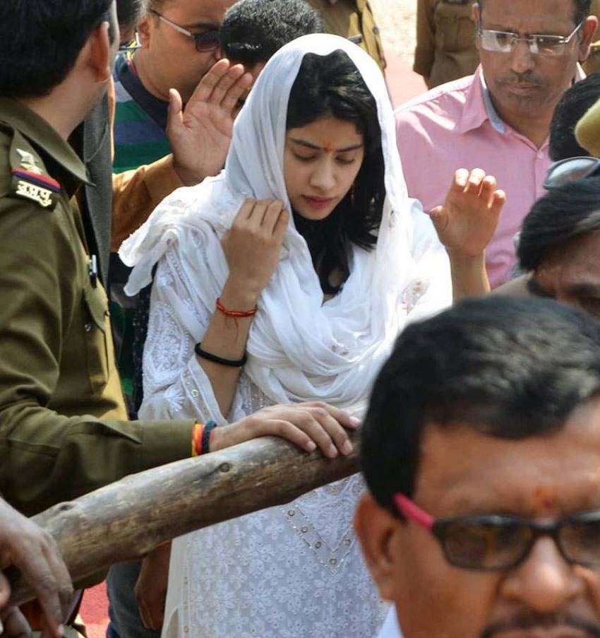 Janhvi Kapoor Seeks Blessing At Kashi's Vishwanath Temple Photos