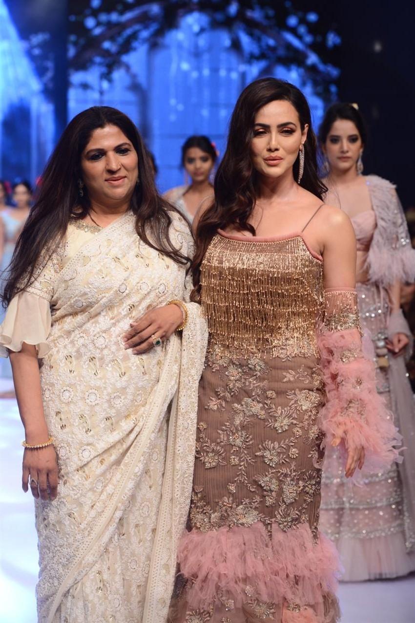 Sana Khan Walks The Ramp At Bombay Times Fashion Week 2019 Photos
