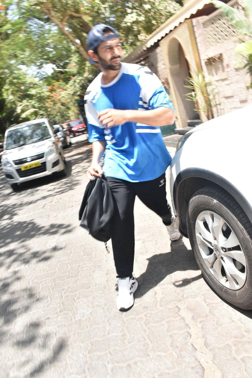 Sara Ali Khan & Kartik Aaryan Snapped Together At Gym In Juhu Photos