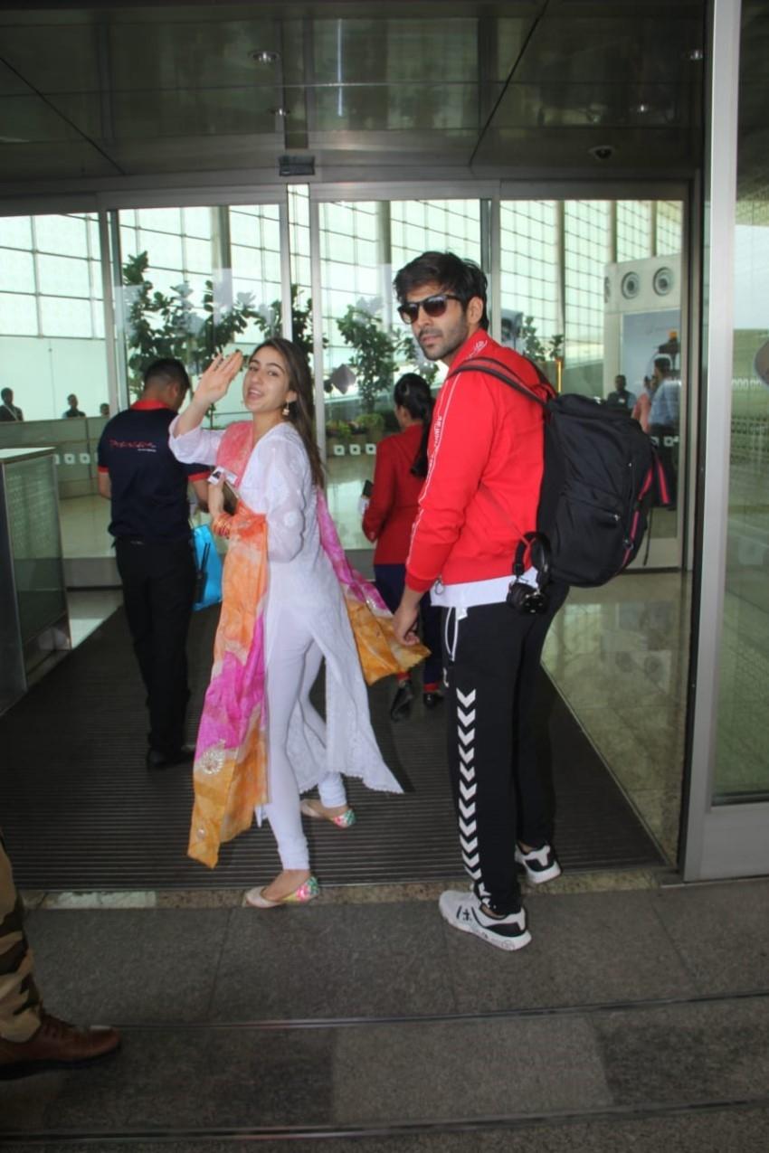 Sara Ali Khan & Kartik Aaryan snapped at Mumbai Airport Photos