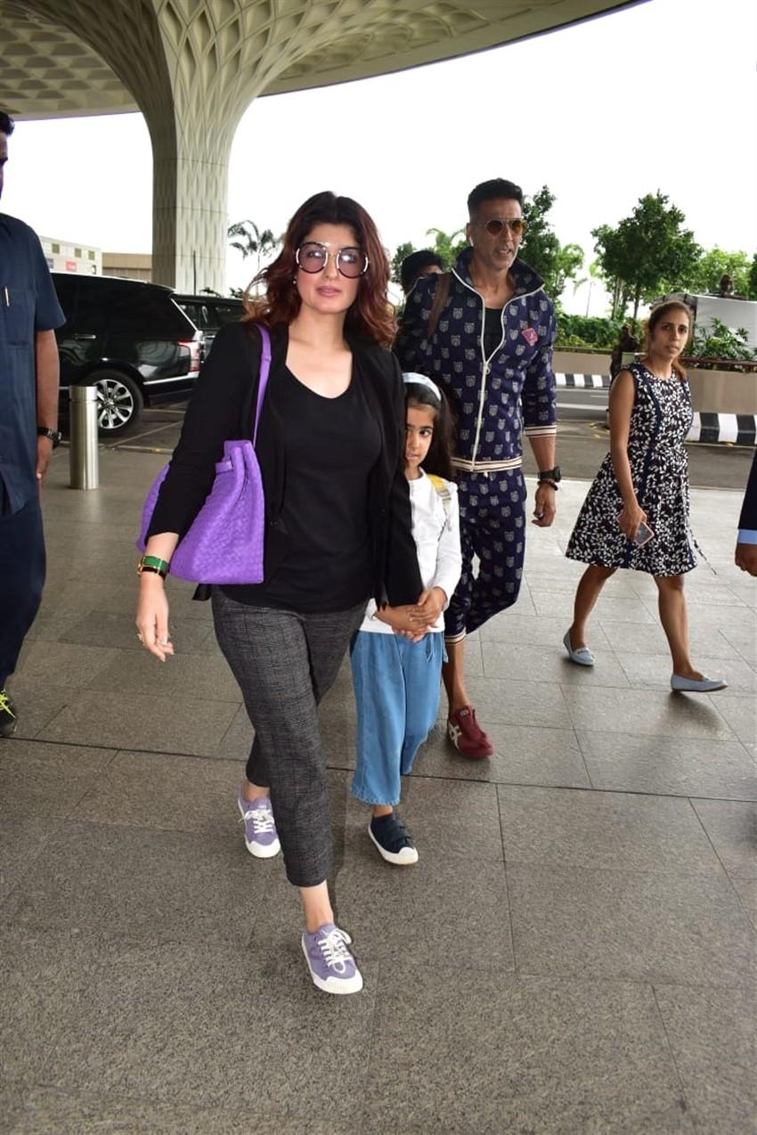 Akshay Kumar, Twinkle Khanna with Nitara Kumar Snapped at Mumbai Airport Photos