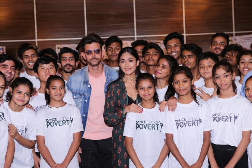 Hrithik Roshan and Mrunal Thakur promotes Super 30 with NGO Kids Photos