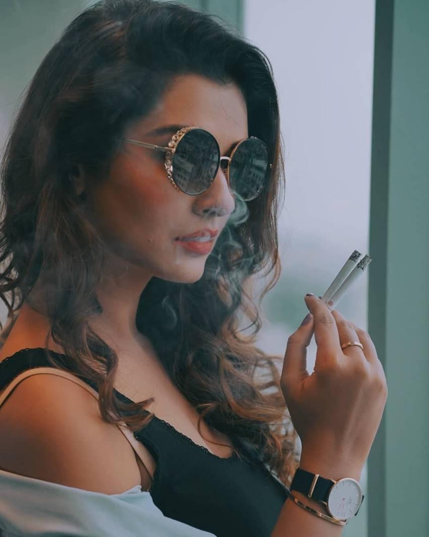 https://www.filmibeat.com/ph-big/2019/07/indian-actress-caught-smoking-on-amp-off-screen_156447214700.jpg